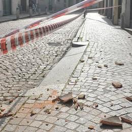 Lodi, da un tetto di via Lodino cadono tegole in strada