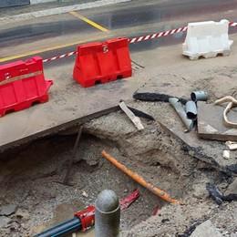 LODI Perdita d'acqua in via Paolo Gorini, circolazione rallentata