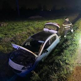 Mulazzano, auto esce di strada e finisce in un fosso