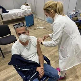 """Parrucchiere di Melegnano """"vola"""" in Serbia per il vaccino"""