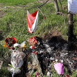 San Giuliano, a fuoco fiori e pupazzi che ricordavano la 48enne uccisa sulla Binasca