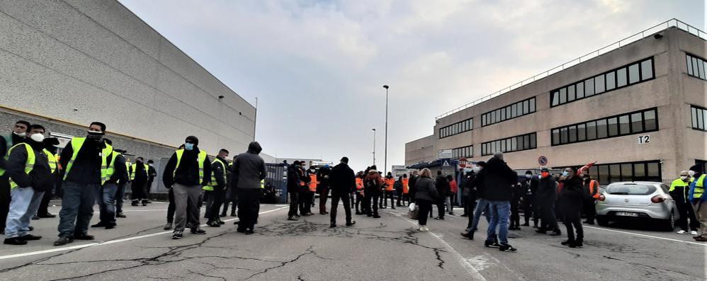 Tensione alla Stef, muro di dipendenti e sindacalisti per rallentare i camion