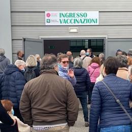 Vaccini, a Lodi ancora disagi e tensione. In Fiera arriva anche la polizia VIDEO