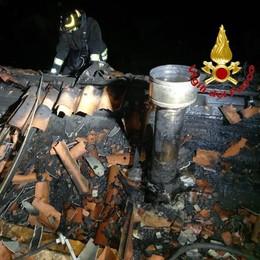 Violento incendio distrugge il tetto di una casa