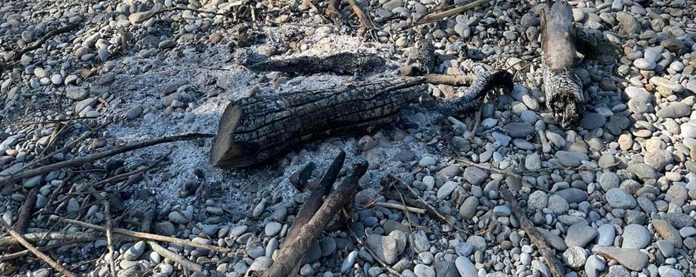 Zelo, danno fuoco ai totem che ammoniscono di non buttare rifiuti sull'Adda