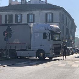 Camion blocca il traffico a Casale