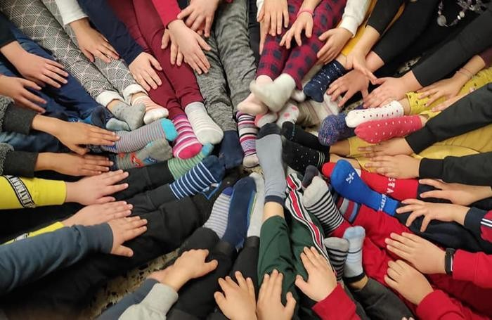 Paullo, a scuola coi calzini spaiati