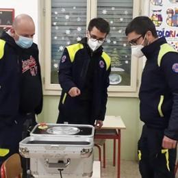 Basta vaccini agli insegnanti anche in Lombardia: precedenza per fasce di età