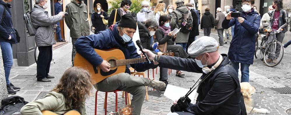 Canzoni e discorsi per protestare in centro
