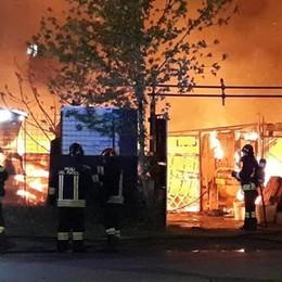 Melegnano, un botto poi l'incendio delle baracche degli orti VIDEO