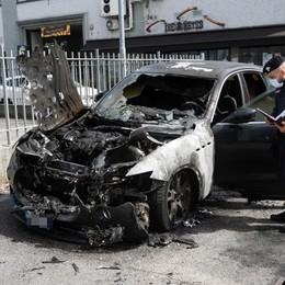 San Giuliano, a fuoco una Maserati davanti alla sede dell'immobiliare Luce