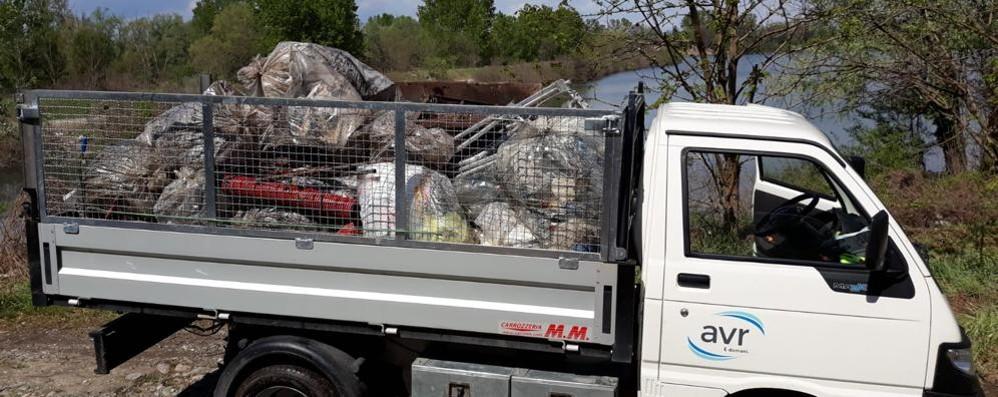 Zelo, camionate di rifiuti lungo il fiume Adda, per i volontari la fatica di farli smaltire