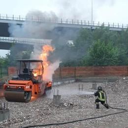 Cerro, un mezzo in fiamme nel cantiere della nuova scuola di Riozzo