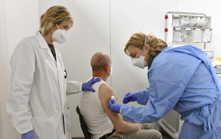 Le vaccinazioni avanzano, in 27mila hanno raggiunto la seconda dose. E il contagio continua a frenare
