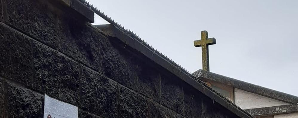 Sui muri del cimitero di San Zenone arrivano gli spuntoni contro i vandali