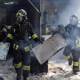 VIDEO - Peschiera, il fuoco divora la sede degli Arcieri del Castello