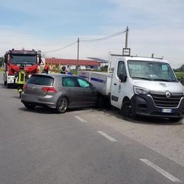 Ossago, scontro tra auto e furgone: ferita una 22enne