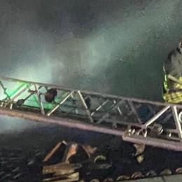 Un'auto prende fuoco, brucia anche una casa