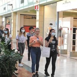 Centri commerciali, negozi aperti e lo shopping torna protagonista