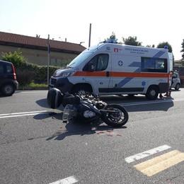 MELEGNANO Motociclista si scontra con un'auto e finisce a terra VIDEO
