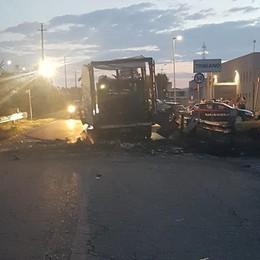 Commando di ladri brucia due camion per andare all'assalto di un'azienda a Tribiano