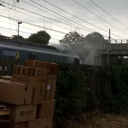 Fumo dalla motrice, treno Intercity fermato a Secugnago