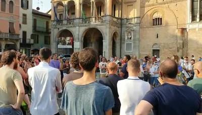 La protesta in piazza a Lodi contro ll Green pass
