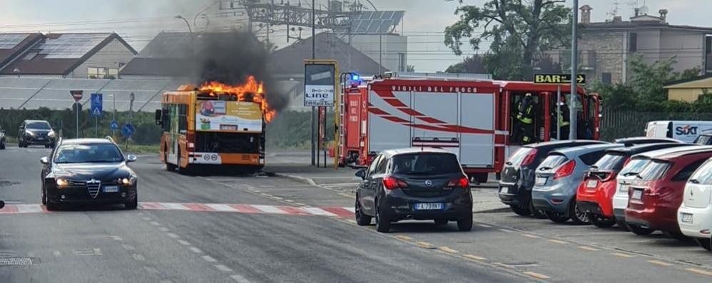 LODI Brucia un autobus urbano in via San Fereolo