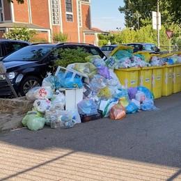 LODI Fanfani, rifiuti in strada per giorni:  la protesta dei residenti