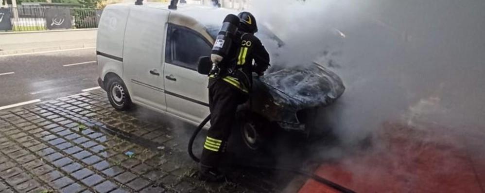 Lodi, le fiamme distruggono furgone parcheggiato in via Ungaretti