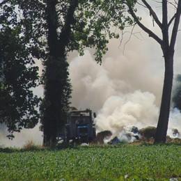 Maleo, vigili del fuoco ancora al lavoro per domare l'incendio in cascina