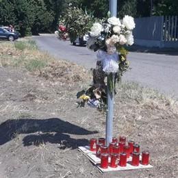 MELEGNANO Schianto mortale in moto, il pellegrinaggio degli amici sul luogo della tragedia