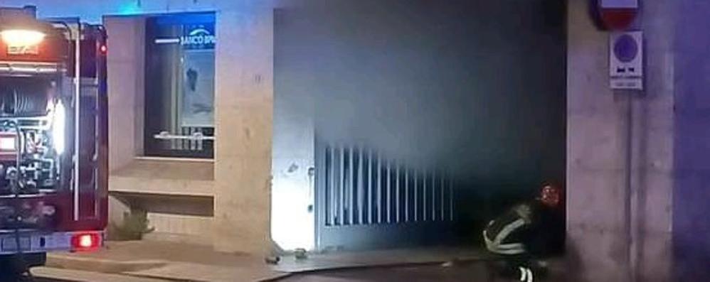 MELEGNANO Scoppia un incendio nel parcheggio sotterraneo del palazzo di vetro