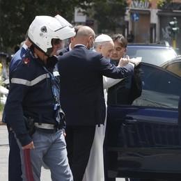 Papa Francesco lascia l'ospedale e torna in Vaticano