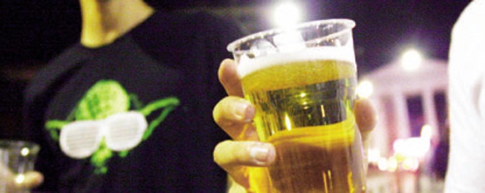 Passa la serata a dare alcol ai minorenni, in centro a Lodi sanzionata una barista