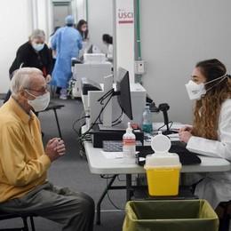 Rallenta il ritmo dei vaccini, tasso di positività allo 0,3 per cento