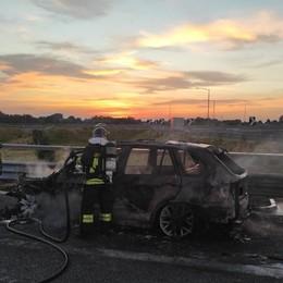 Riescono a fuggire prima che l'auto vada in fiamme