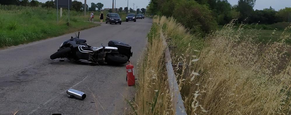 Salerano, incidente sulla provinciale 204: feriti un 59enne e una 54enne in moto