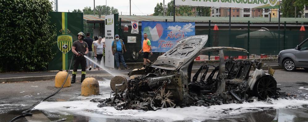 SAN GIULIANO Il fuoco divora un'auto, avviate le indagini VIDEO