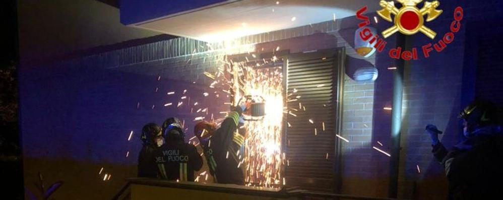 SAN MARTINO I pompieri tagliano le inferriate per soccorrere un uomo in casa