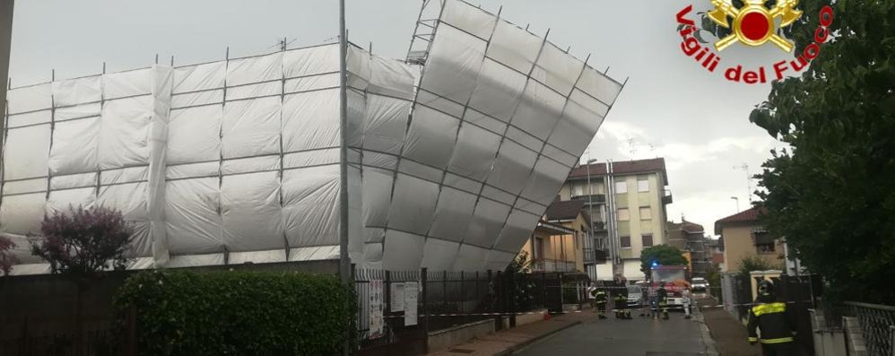 SANT'ANGELO Maltempo, un ponteggio rischia di crollare sulla strada