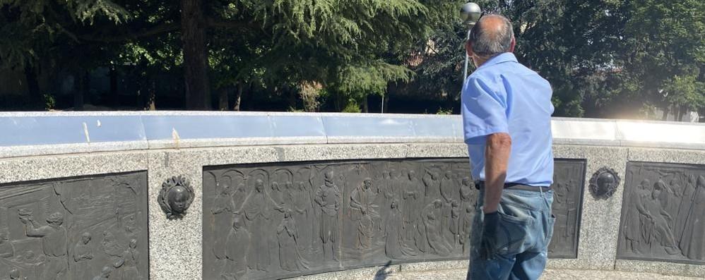 """SANT'ANGELO Nella piazza dedicata a Santa Cabrini i volontari """"rispondono"""" ai vandali"""