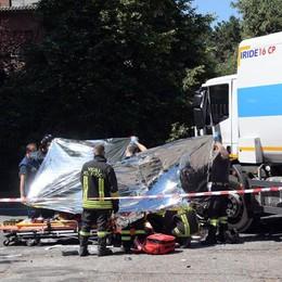 Si schianta con la moto contro un camion, muore 27enne a Melegnano  VIDEO