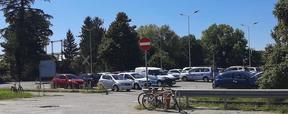 Tavazzano, parcheggio a pagamento: i pendolari protestano
