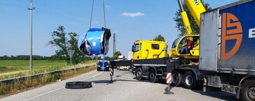 Un camion perde il carico sulla 235, due ore di traffico a rilento