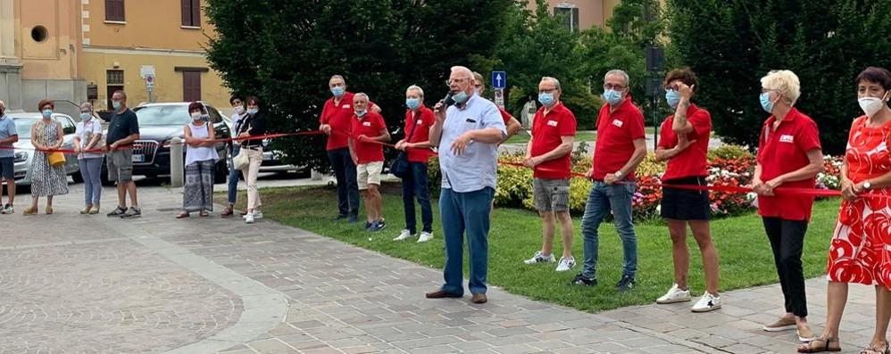 Un filo rosso e una marcia nella sera per unire gli ospedali di Casale e Codogno VIDEO