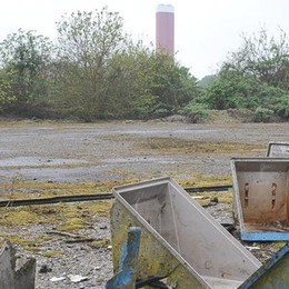 Una fabbrica di bottiglie di vetro sull'area dell'ex raffineria Gulf