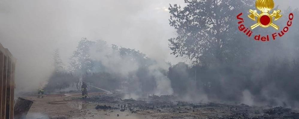 Va a fuoco un capannone tra San Giuliano e Melegnano - VIDEO
