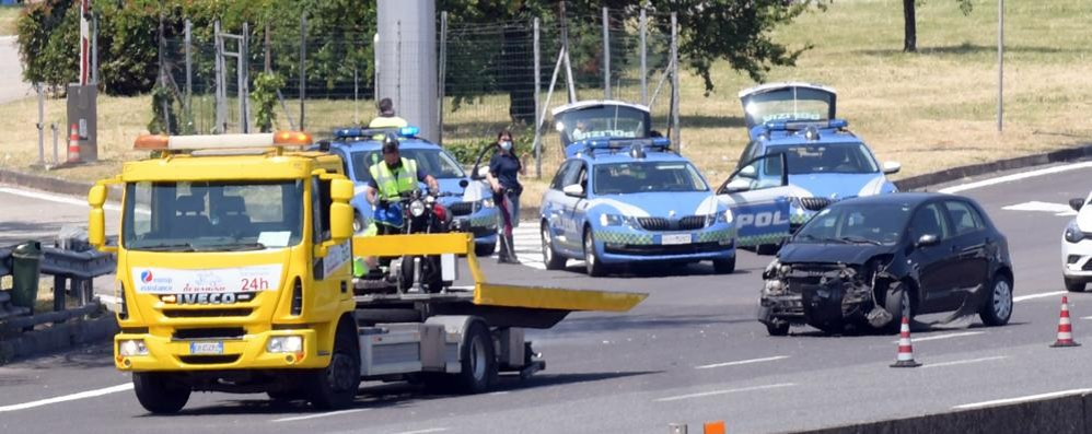 VIDEO Scontro alla barriera di Melegnano, motociclista svizzero resta a terra
