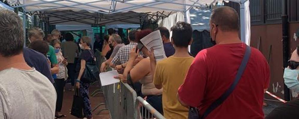 VIZZOLO «Tre ore di fila sotto il sole per fare il vaccino»